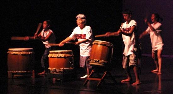 Molly Kitajima performs with a taiko group at the 2004 Tule Lake Pilgrimage in Klamath Falls, Ore. (Hokubei Mainichi)