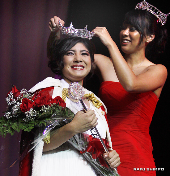2013 Nisei Week Queen places the tiara on the 2014 Nisei Week Queen, Tori Angela Nishinaka-Leon on Saturday Night at the Aratani Theatre. (MARIO G. REYES/Rafu Shimpo)