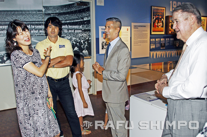 "Chan Ho Park listens as his wife, Rie, shares stories about cooking at home, during a visit to the ""Dodgers: Brotherhood of the Game"" exhibit at the Japanese American National Museum on Aug. 27. Joining in on the laughs are former Dodgers owner Peter O'Malley, right, and JANM president and CEO Greg Kimura. (MARIO G. REYES/Rafu Shimpo)"
