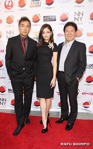 「ルパン三世」の上映会で、レッドカーペットに現れた(左から)北村龍平監督、黒木メイサさん、山本又一朗プロデューサー