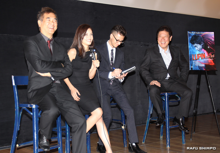 撮影時の逸話を紹介する黒木メイサ(左から)2人目。左端が北村監督、右端がプロデューサーの山本さん