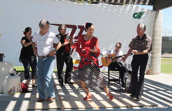 日本人フラメンコダンサーのミカエラ・カイさん(中央)からフラメンコのステップを習う太田会長(左)と熊本県人会の沖田会長