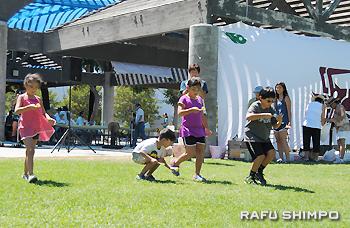 青空の下、ミニ運動会を楽しむ子どもたち