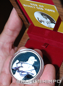 Park presented Kimura with a special coin, minted to commemorate the pitcher's 100th major league victory.