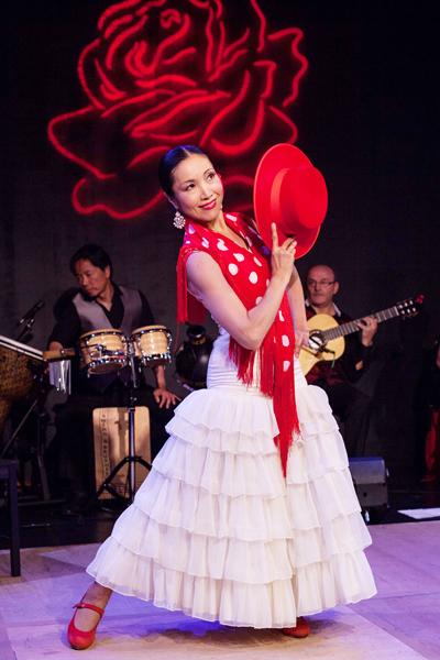 本名、安藤みちよ。熊本県出身。1999年からフラメンコを習いはじめ、ヨランダ・アロヨさんから本格的に指導を受ける。アンダルシア人会元会員。ホームページは―  http://mikaelakaiflamenco.blogspot.com/