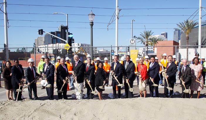 リージョナルコネクターの起工式で鍬入れを行う関係者。右から6人目がアンソニー・フォックス米国運輸長官。左隣がロサンゼルスのエリック・ガーセッティー市長(写真=マリオ・G・レエス)
