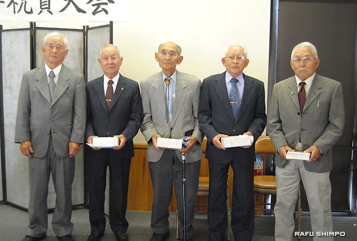下前委員長(左端)から記念品が贈呈された発足当時からの会員メンバー(右から)重川師範、植野師範、秦師範、大東師範