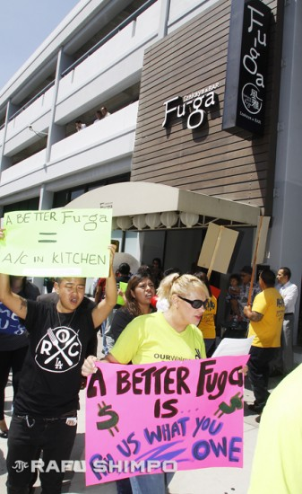 Protesters picket in front of Izakaya Fu-Ga in Little Tokyo on Sept. 3. (MARIO G. REYES/Rafu Shimpo)