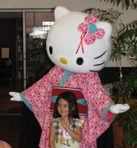 Visitors to JANM posed for photos with Hello Kitty during last month's Natsumatsuri. (J.K. YAMAMOTO/Rafu Shimpo)