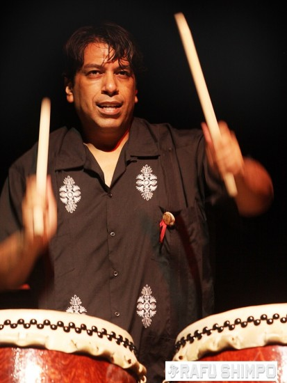 Maceo Hernandez and East L.A. Taiko were among the performers. (MARIO G. REYES/Rafu Shimpo)