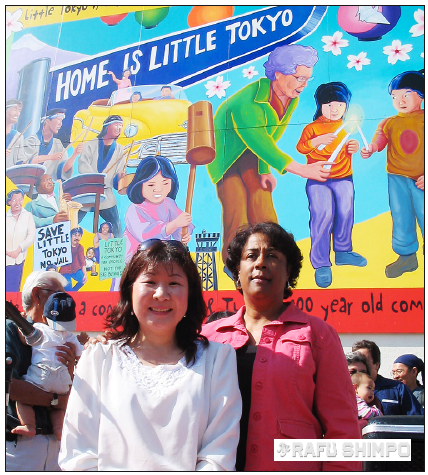 Kikuchi and then-Councilmember Jan Perry pose in front of the mural at its dedication in October 2005. (GWEN MURANAKA/Rafu Shimpo)