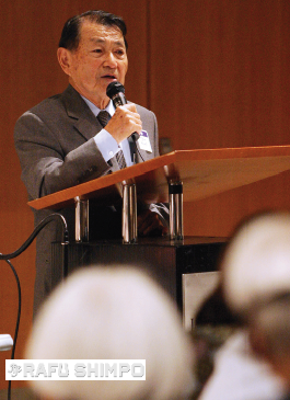 Kamei speaks in October 2007 during a forum on the sale of the New Otani Hotel and Weller Court. (MARIO G. REYES/Rafu Shimpo)