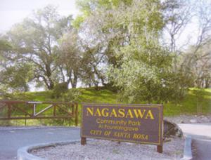 サンタローザにあるナガサワ・コミュニティー・パークへの入り口と景観