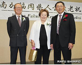 宗会長(左)から金婚式を迎え記念品を贈呈された遠藤昇一さん、和子さん夫妻