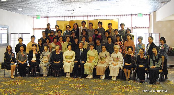創立110周年を迎えた南加日系婦人会の会員と在ロサンゼルス総領事館の堀之内総領事(前列左から7人目)とサビーン夫人(右隣)