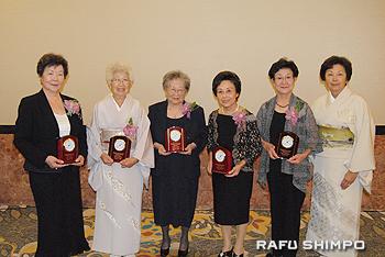特別功労賞を授与された(左から)土斐崎さん、正原さん、坪井さん、山口さん、吉山さん。右端は猪瀬会長
