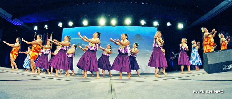 "Kanani Kalama Hula Studio perform at the Go For Broke National Education Center's ""Evening of Aloha""  on Sept. 27. (Photos by MIKEY HIRANO CULROSS/Rafu Shimpo)"
