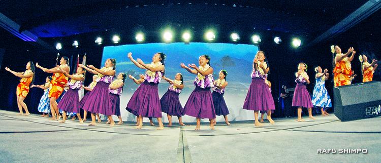"Kanani Kalama Hula Studio perform at the Go For Broke National Education Center's ""Evening of Aloha""  on Sept. 27. (Photos by MIKEY HIRANO CULROSS/Rafu Shimpo)"