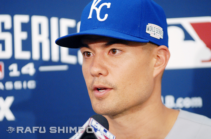 Jeremy Guthrie speaks to reporters at AT&T Park last Friday. The Royals' starter takes the mound tonight in a winner-take-all Game 7 at the 2014 World Series in Kansas City. (Photo by MIKEY HIRANO CULROSS/Rafu Shimpo)