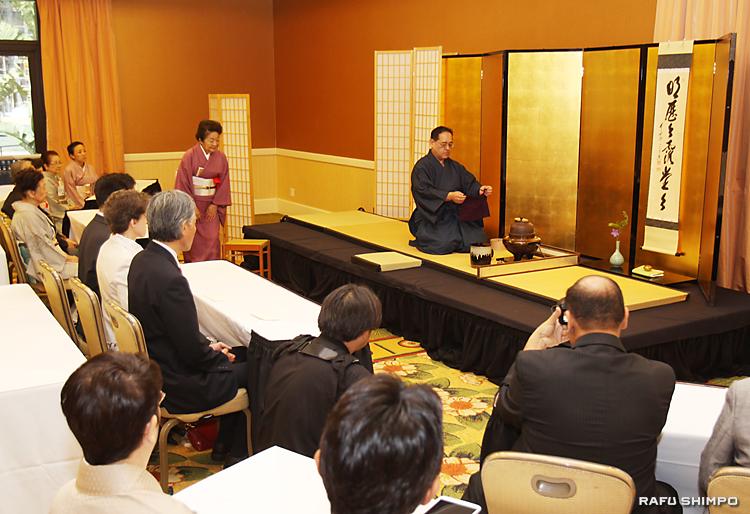 記念の茶会で、濃茶の点前を披露する光林宗満社中の金剛宗章さん