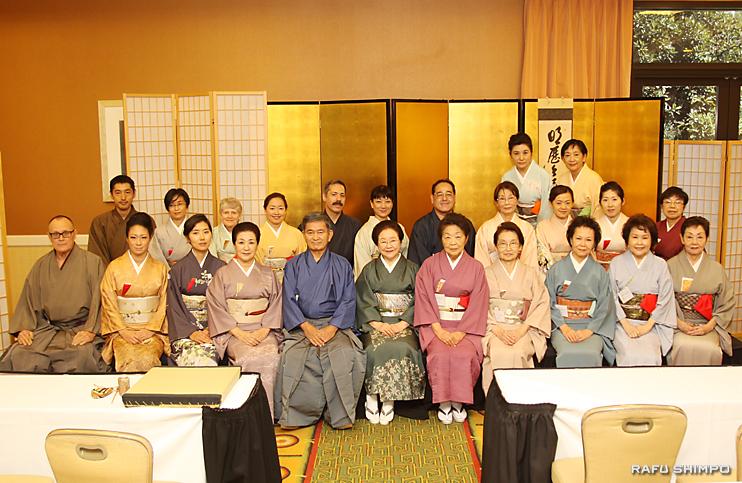 記念茶会を催した茶道裏千家淡交会オレンジカウンティ協会のメンバー。前列中央が小泉幹事長、左隣が半田会長
