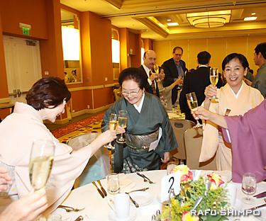 創立25周年記念式典で、参会者とともに祝杯を挙げる小泉幹事長(中央)