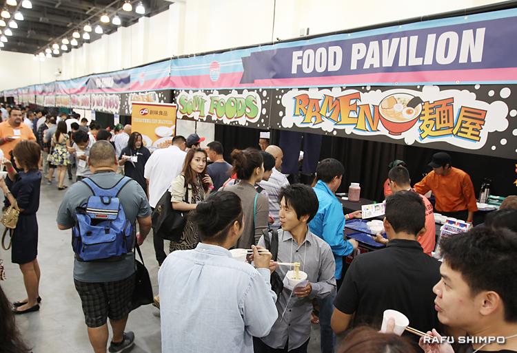 ラーメンやおでんなど大衆食を紹介したブースの数々。「共同貿易商店街」と銘打ち、参加者が試食に列をなした