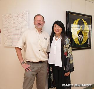 作品を紹介するラングさん(左)とミヤハラさん。後方は、各人の作品