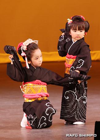 徳島県人会の舞踊「芸者ワルツ」で、かわいらしく踊る子供たち