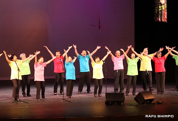 元気よく「ヤングマン」を合唱する鹿児島県人会のカルカン・コーラス