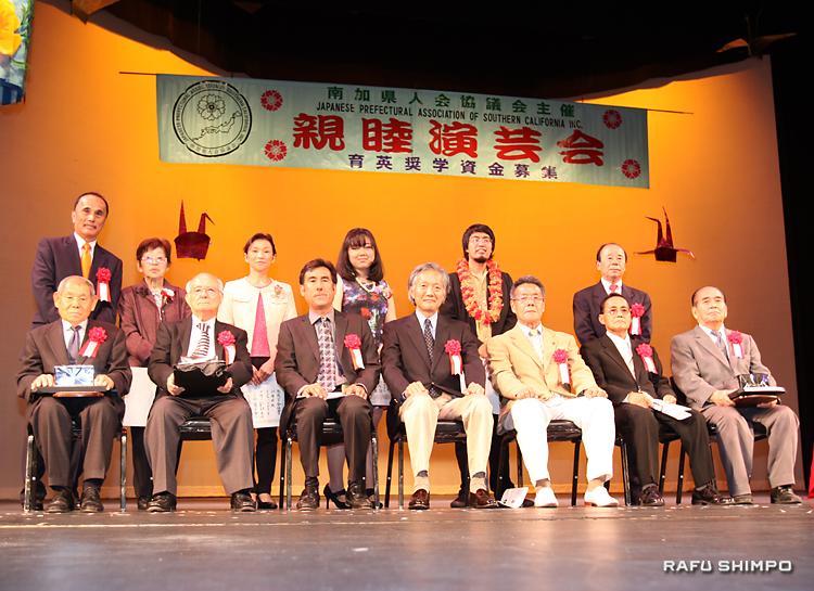 奨学金受賞者(後列)への授与式と、特別功労者の表彰式。前列は、中央が堀之内総領事、左端から伊藤さん、浅見さん。右端は野崎さん、左隣が当銘会長
