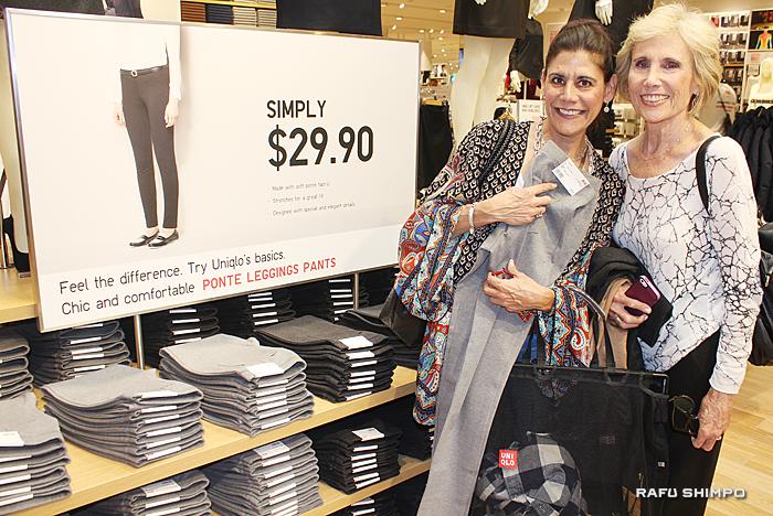 ユニクロの日本発のテクノロジーを称賛し友人と買い物を楽しむキャロル・ゴールステインさん(左)