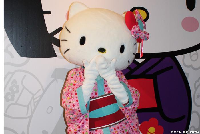展示の入り口で来場者を迎える着物姿のキティ