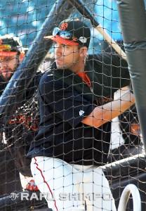 The Giants' Travis Ishikawa takes batting practice before Friday's Game 3 in San Francisco. (Photos by MIKEY HIRANO CULROSS/Rafu Shimpo)