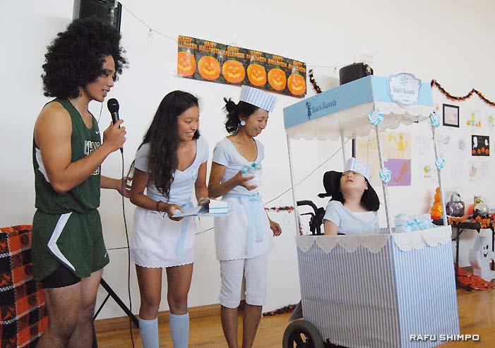 仮装コンテストで1位に輝いた「キャンディーショップ」の野嶋さん一家