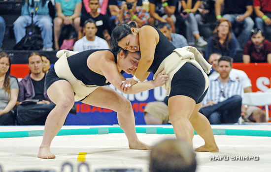 New Zealand's Geneva Webber, left, tussles with Tiffany Tran of the USA. Webber finished the day undefeated.