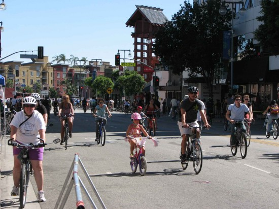 CicLAvia participants on First Street in Little Tokyo in October 2013. (J.K. YAMAMOTO/Rafu Shimpo)