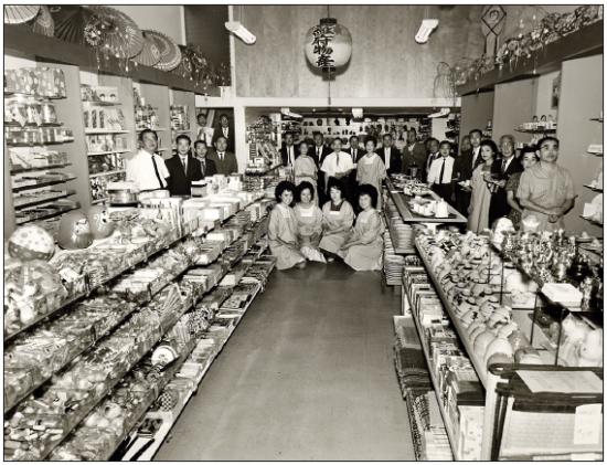 Employees of Rafu Bussan in 1964. (Toyo Miyatake Studio)