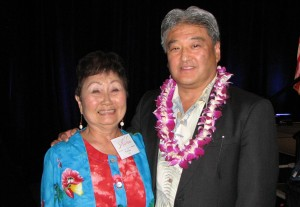 Kimiko Taira was the lucky winner of a 2014 Honda Accord hybrid touring sedan in the opportunity drawing. She is pictured with Steve Morikawa, assistant vice president of corporate community relations for American Honda Motor Co. and co-chair of Evening of Aloha. (J.K. YAMAMOTO/Rafu Shimpo)