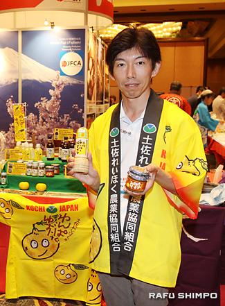 高知のゆずを使った商品を紹介する土佐れいほく農協の川田武彦さん