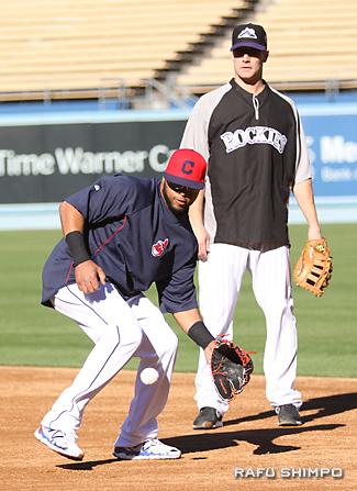 一塁の守備練習をするカルロス・サンタナ(インディアンス)。右後はジャスティン・モーノー(ロッキーズ)