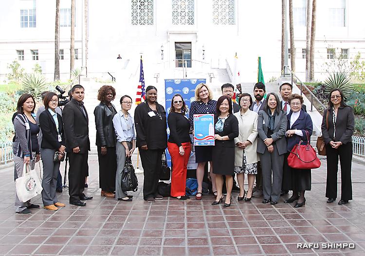 来春実施する市議選など各選挙に備え12カ国語による多言語サービスを開始し、市庁舎前広場で開かれたキックオフセレモニー