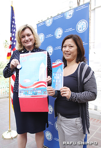 日本語で記された投票ガイドを手に協力を呼び掛けるLTSCのスカーレット・サイさん(右)とLA市選管のホリー・ウォルコット書記