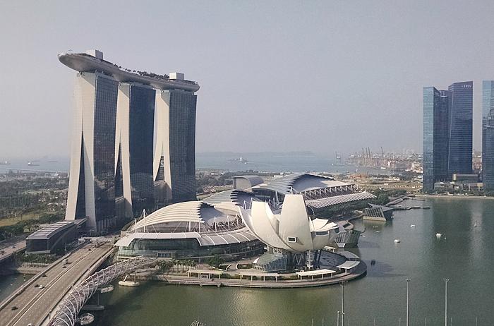 ホテルやショッピング施設、展示会場などさまざまな設備を兼ね備え、シンガポールのランドマークともなっている高級ホテル、マリーナ・ベイ・サンズ【筆者撮影】