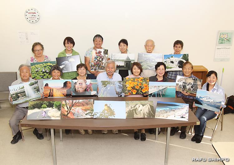 8、9日に写真展を開くパイオニアセンターで学ぶ生徒たち。前列左から4人目が岡田さん