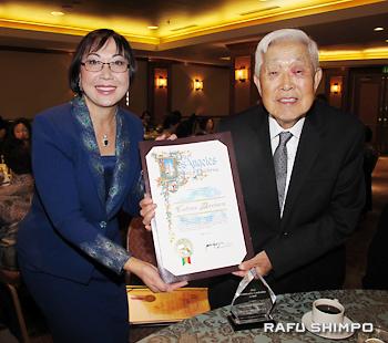 前原勉さん(右)には、地域リーダーシップ賞が贈られた