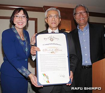 国際ビジネスパイオニア賞を授与される金井紀年さん(中央)