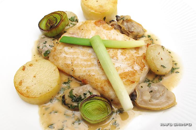 ヒラメとアサリ、野菜はポテトと長ネギを添えたディナー