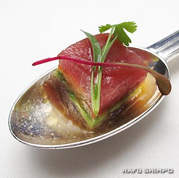 しょうゆと柚で味付けしたマグロの刺身