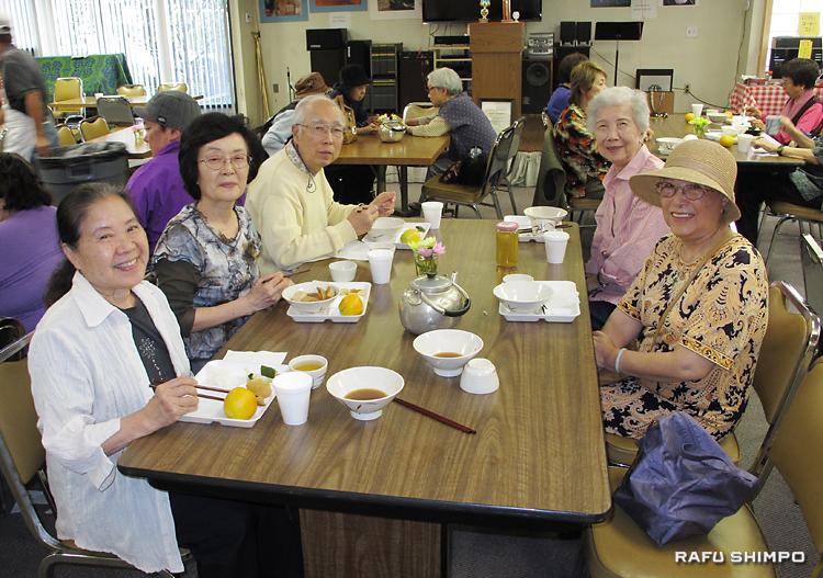 高齢者昼食会で、和やかに食事をとる日本人と台湾人の参加者